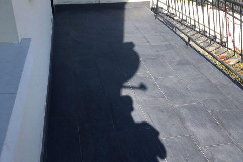 Terrasse et escalier à l'entrée d'un pavillon