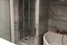Salle d'eau avec douche et baignoire